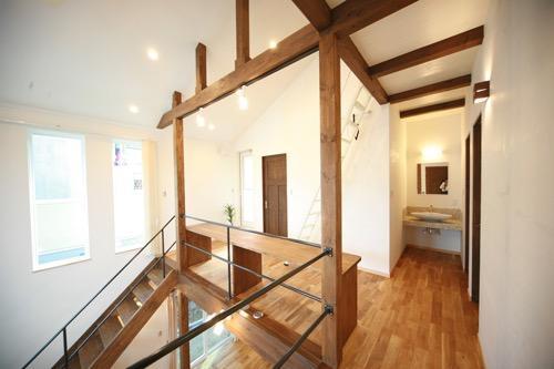 天井高さ7.0Mのリビングと真壁和室がある住まい。の写真1