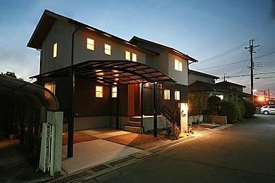 桜の遊歩道を借景に、生活しやすい動線の和モダンの家の写真1
