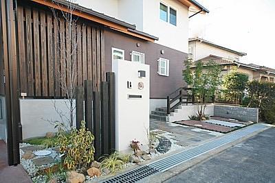 桜の遊歩道を借景に、生活しやすい動線の和モダンの家の写真2