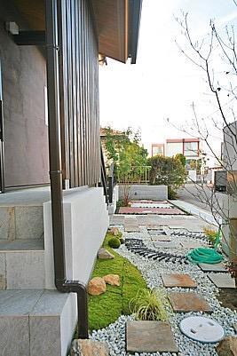 桜の遊歩道を借景に、生活しやすい動線の和モダンの家の写真3