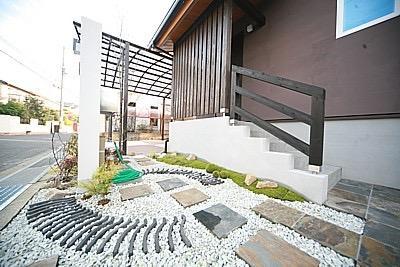 桜の遊歩道を借景に、生活しやすい動線の和モダンの家の写真4