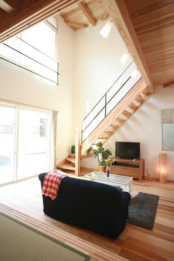 大きな吹き抜けで、光あふれる住まい。 ~九州産「球磨杉」の香り漂う癒しのある家~の写真0