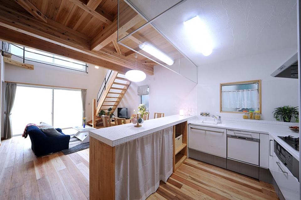 大きな吹き抜けで、光あふれる住まい。 ~九州産「球磨杉」の香り漂う癒しのある家~の写真5
