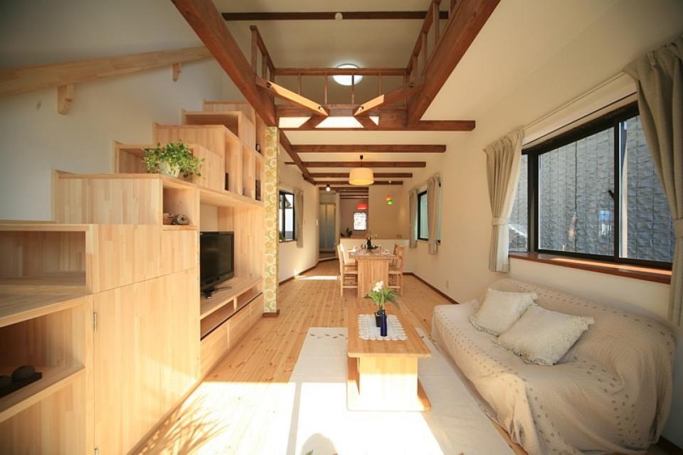 変形狭小敷地に建つ、収納階段のある個性的でお洒落な家の写真0