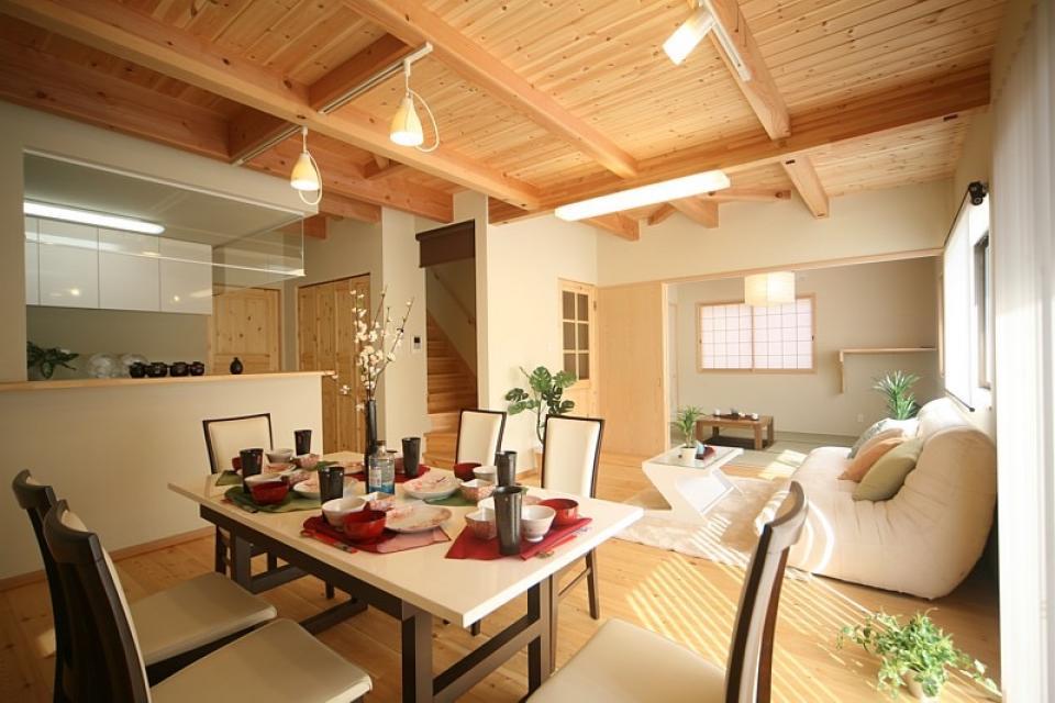 丸太梁のある回廊式現代和風の家の写真0