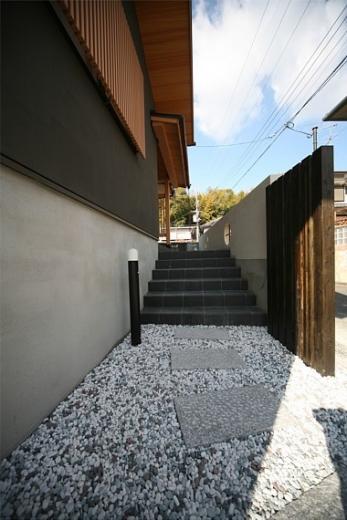 丸太梁のある回廊式現代和風の家の写真9