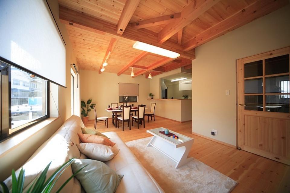 丸太梁のある回廊式現代和風の家の写真1