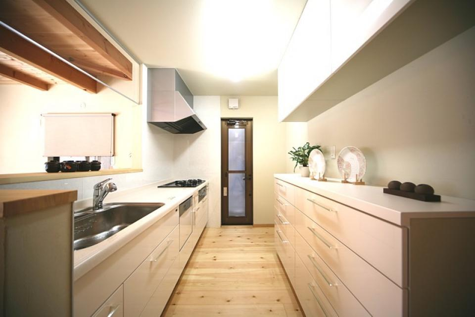 丸太梁のある回廊式現代和風の家の写真2