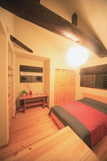 丸太梁のある回廊式現代和風の家の写真3