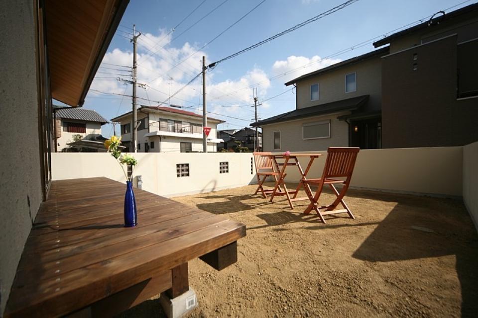 丸太梁のある回廊式現代和風の家の写真10