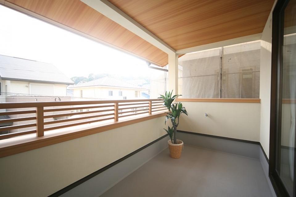 丸太梁のある回廊式現代和風の家の写真6