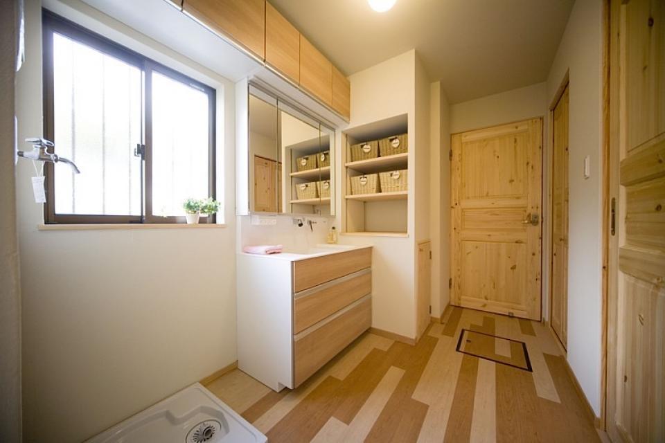 丸太梁のある回廊式現代和風の家の写真8