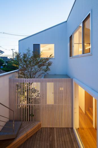 立体テラスのあるコートハウスの写真10