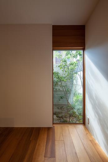 立体テラスのあるコートハウスの写真6