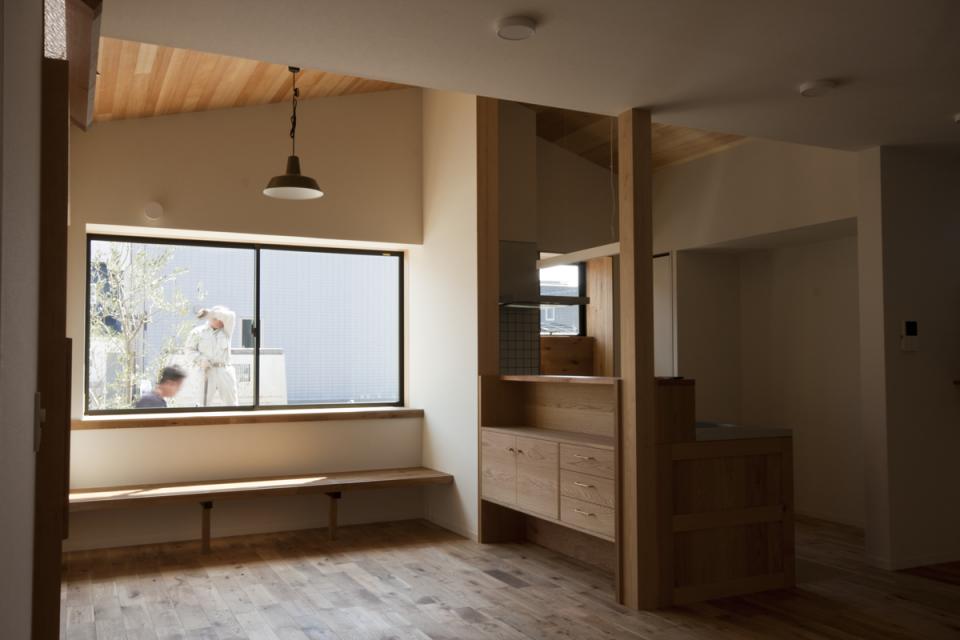 4月14日 オーソドックスな分譲住宅地に建つ、普遍的で飾らないデザインの2階建