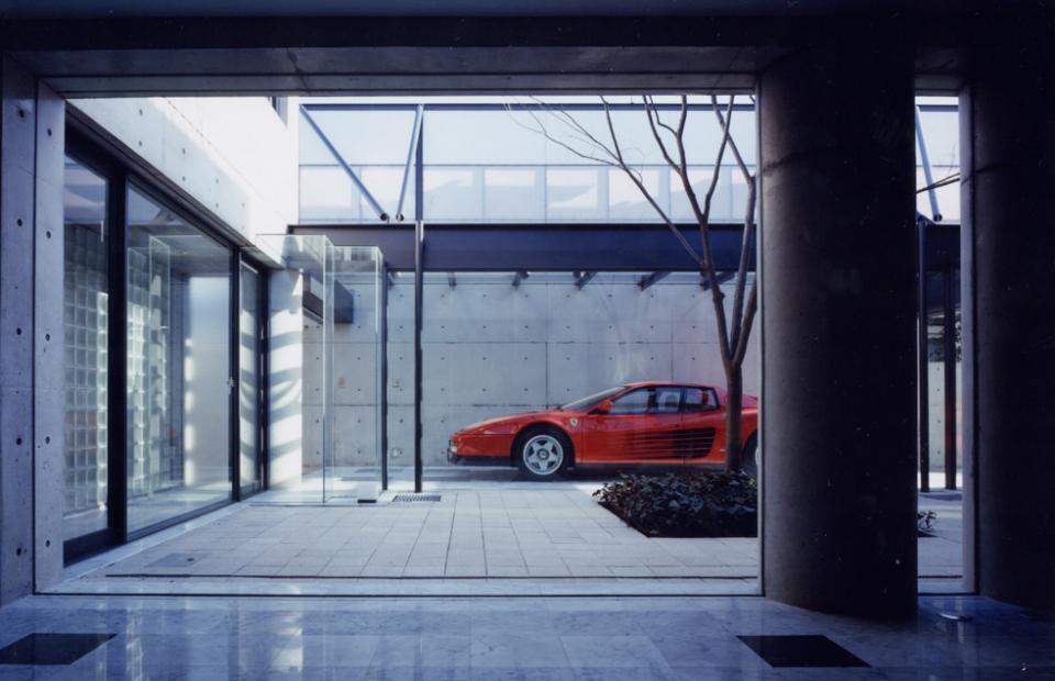 ガラス張りのショーケースのあるガレージハウス-CASA ROSSA-の写真0