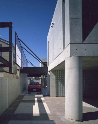 ガラス張りのショーケースのあるガレージハウス-CASA ROSSA-の写真9