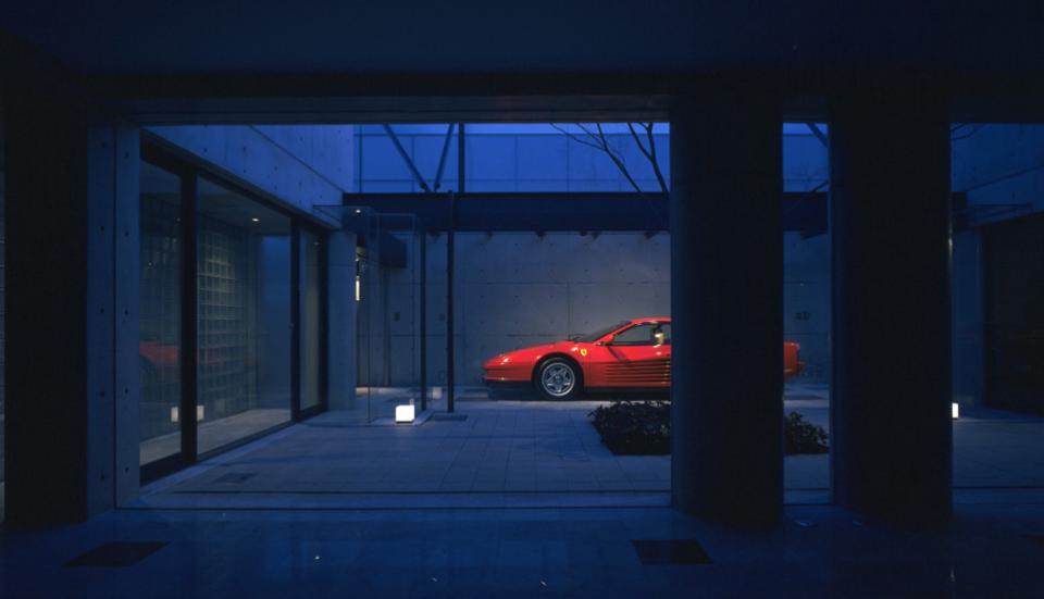 ガラス張りのショーケースのあるガレージハウス-CASA ROSSA-の写真1
