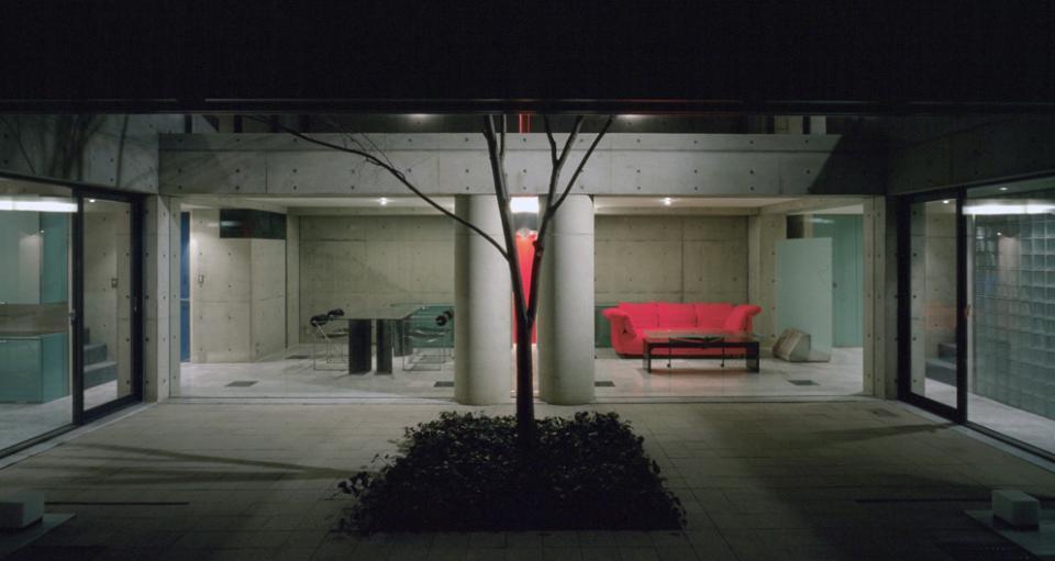 ガラス張りのショーケースのあるガレージハウス-CASA ROSSA-の写真2