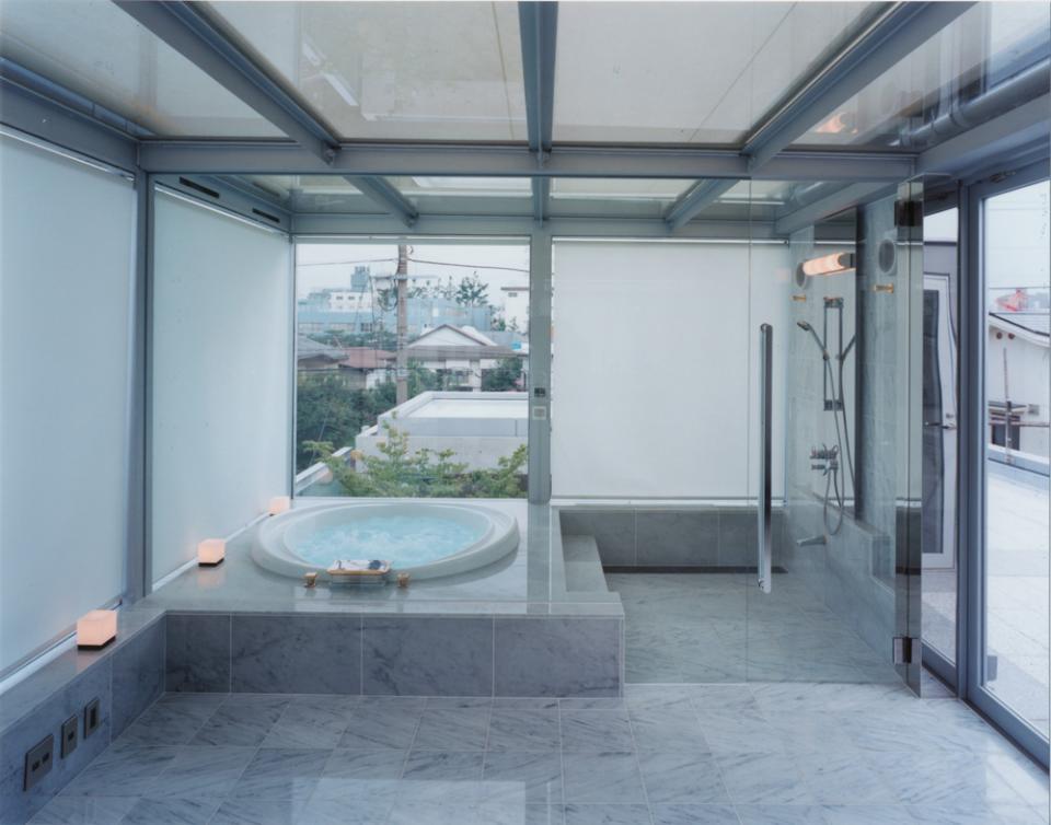 ガラス張りのバスルームのある住宅-FIORIRE-の写真3