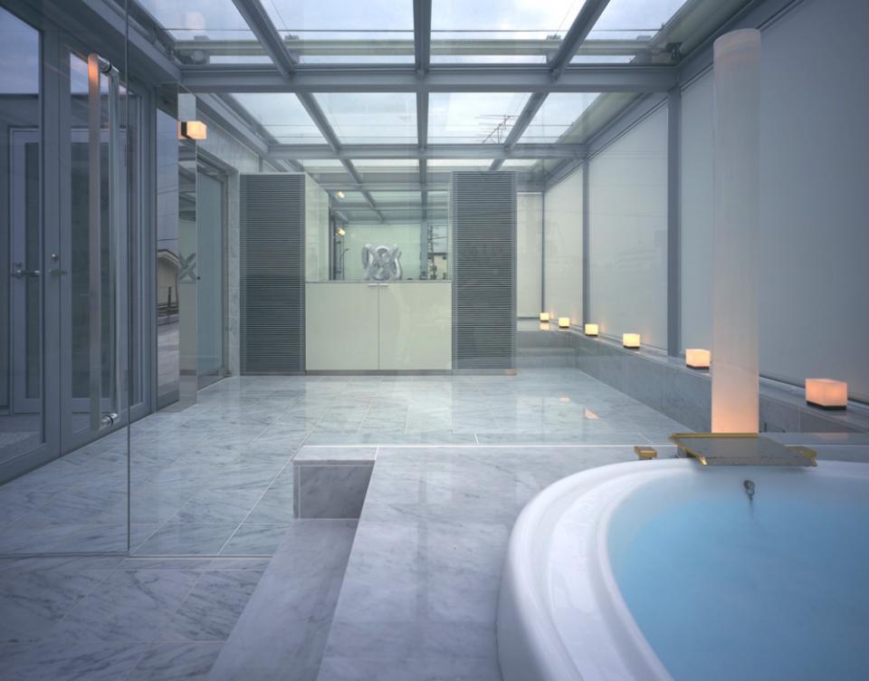 ガラス張りのバスルームのある住宅-FIORIRE-の写真4